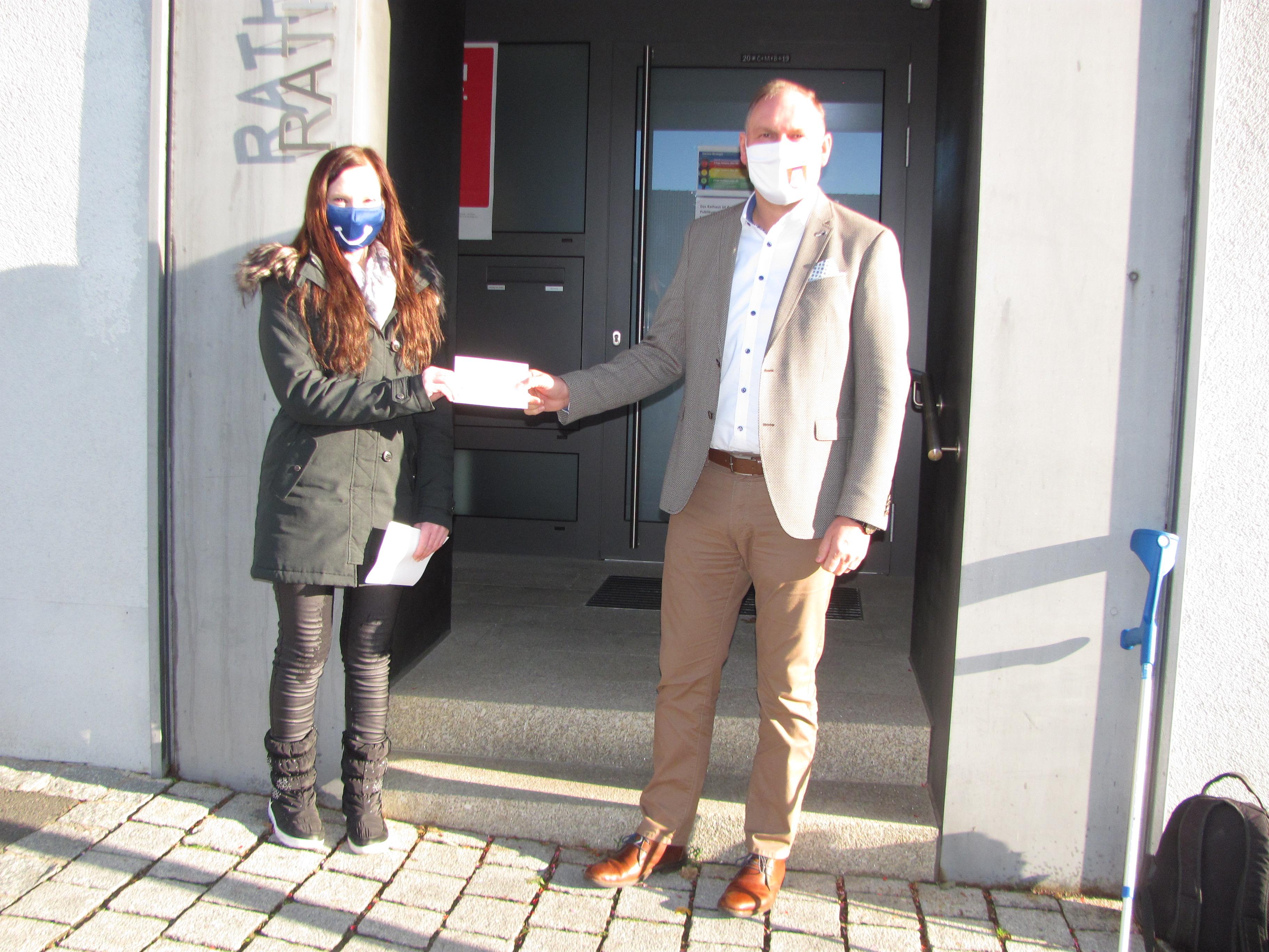 Bürgermeister Richard Kammerer spendet 100 Euro für Katzenhilfe Kaltenbrunn