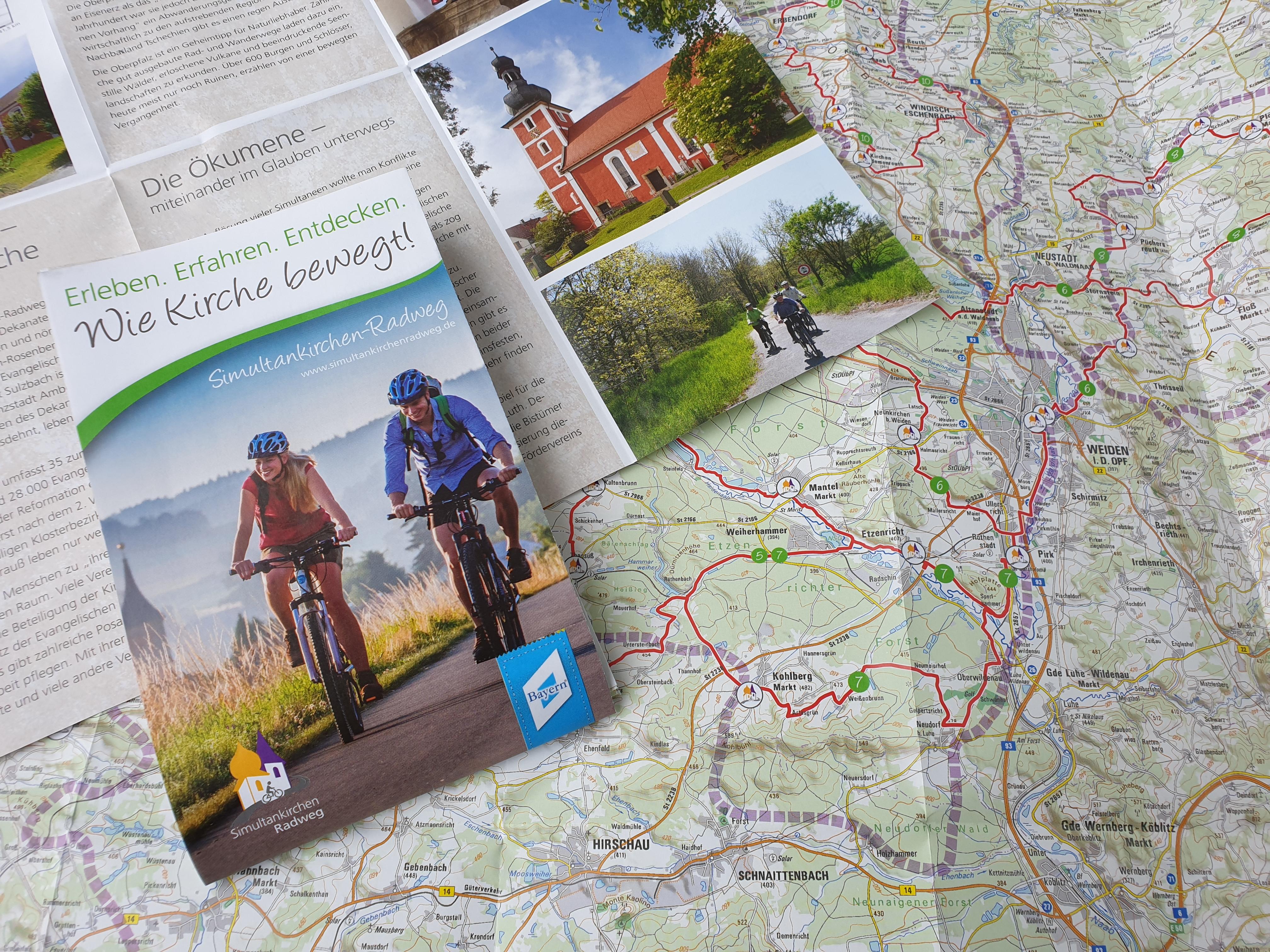 Mit Karte unterwegs auf dem Simultankirchen-Radweg